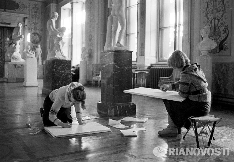 Студенты в залах Итальянского искусства Государственного Эрмитажа