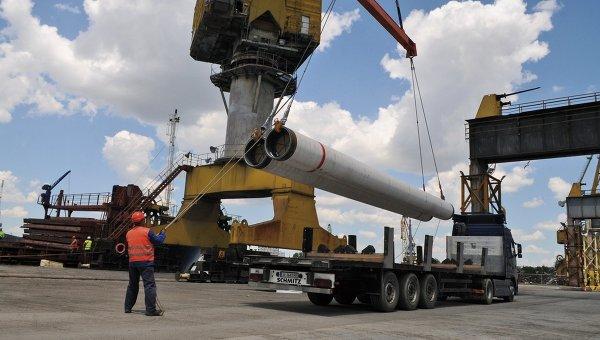 Разгрузка труб для Морского газопровода Южный поток для складирования в порту Бургас, Варна. Архивное фото