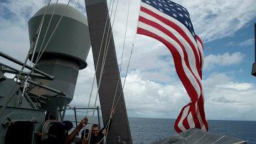 Военные моряки поднимают флаг на корабле ВМФ США