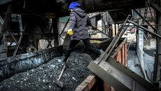 Отгрузка угля в вагоны на шахте имени Челюскинцев в Донецке. Архивное фото
