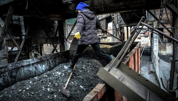 Отгрузка угля в вагоны. Архивное фото