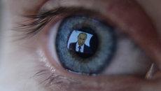 Девушка смотрит телевизионную трансляцию послания президента РФ В.Путина к Федеральному Собранию