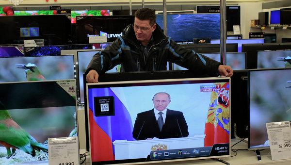 Трансляция послания президента РФ В.Путина к Федеральному Собранию в одном из магазинов в Москве