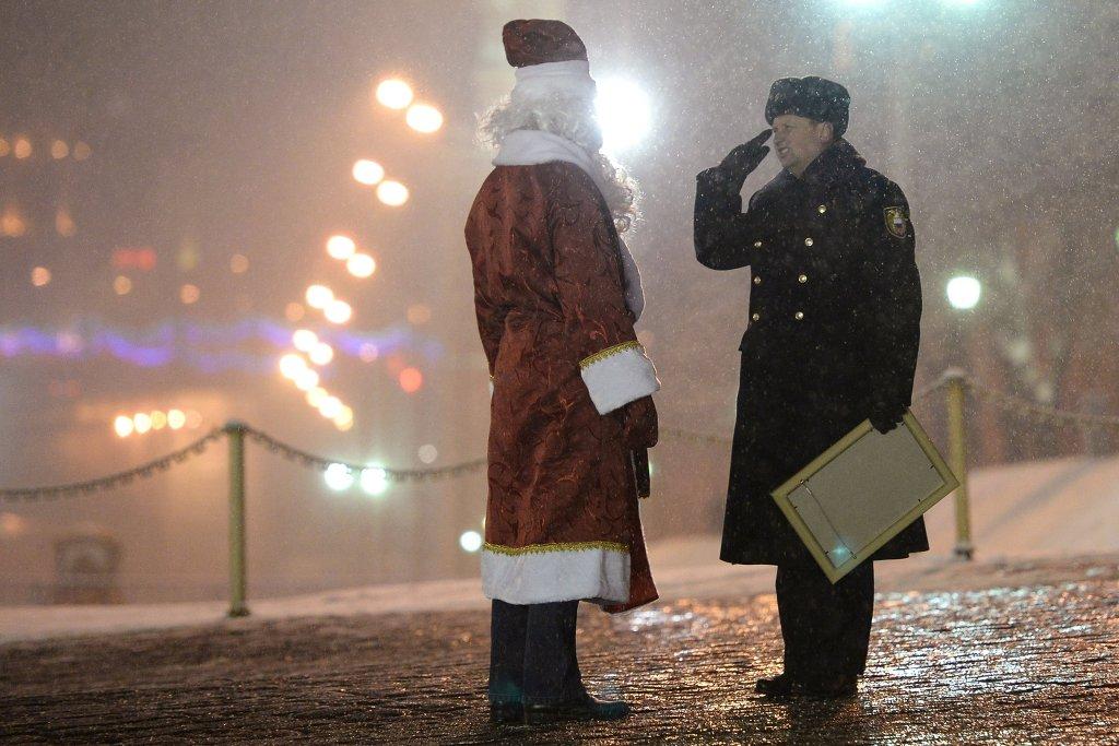 Сотрудник правоохранительных органов встречает водителя в костюме Деда Мороза