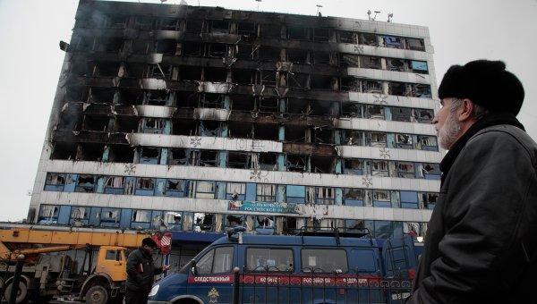 Мужчина смотрит на здание Дома Печати в центре Грозного
