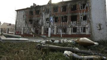 Снаряды на газоне возле школы №20 в центре города Грозного. Архивное фото