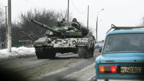 Танк ополченцев на дороге восточнее Донецка