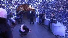 Жители и гости Москвы сфотографировались внутри гигантского елочного шара