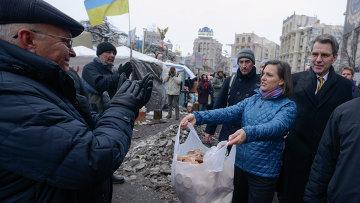 Помощник госсекретаря США Нуланд и посол США в Украине Пиатт кормят киевлян печеньками
