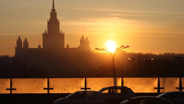 Вид на здание Московского государственного университета. Архивное фото