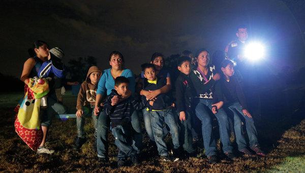 Нелегальные мигранты из Латинской Америки, задержанные при незаконном пересечении мексиканской границы в США