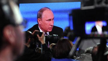 Монитор, транслирующий десятую большую ежегодную пресс-конференцию в Центре международной торговли на Красной Пресне