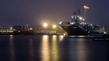 Десантный вертолетоносный корабль-док Севастополь типа Мистраль в городе Сен-Назер