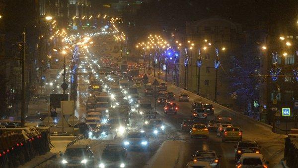 Автомобили на Садовом кольце во время снегопада. Архивное фото