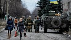 Местные жители в селе Дебальцево, Донецкая область. Архивное фото