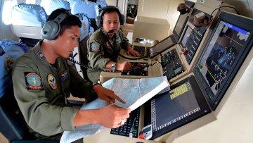 Военнослужащие индонезийского военно-морского флота во время поисков пропавшего рейса QZ8501 компании Air Asia