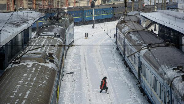 Работник железнодорожного транспорта на вокзале Киева. Архивное фото