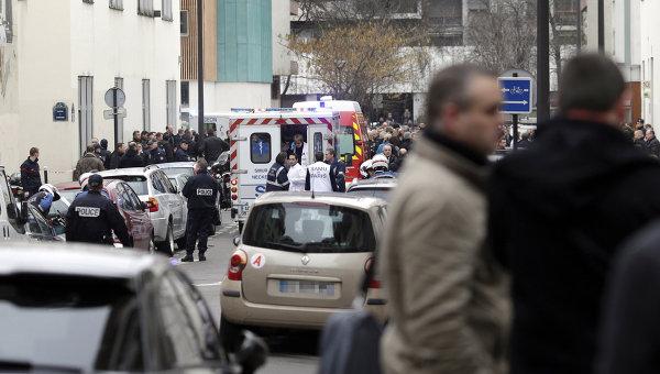 Автомобили скорой помощи возле офиса издания Charlie Hebdo в Париже. Архивное фото