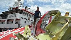 Операция по подъему обломков лайнера AirAsia. Архивное фото