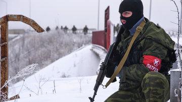 Ополченец патрулирует дорогу в районе аэропорта Донецка