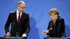 Арсений Яценюк и Ангела Меркель. Архивное фото