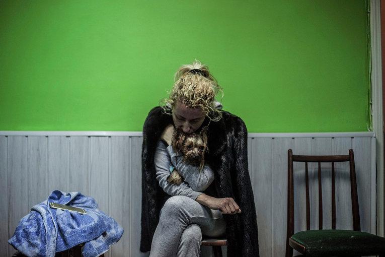Женщина с собакой в бомбоубежище во время артобстрела Донецка
