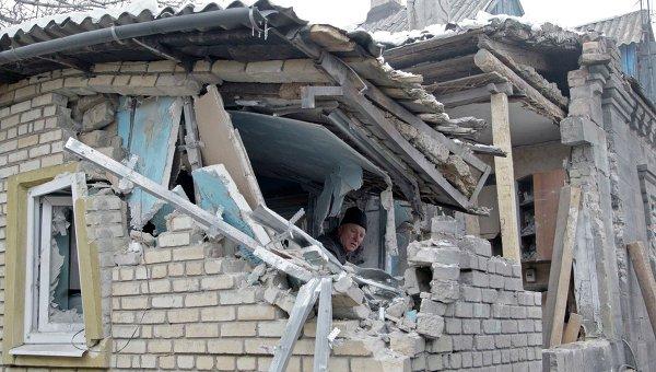 Доме, разрушенный в результате артобстрела Донецка