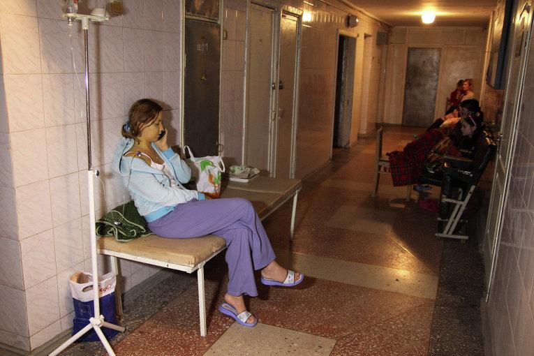 Женщина, раненная в результате артобстрела Донецка