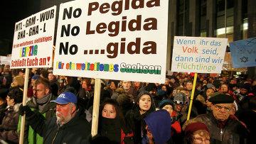 Участники демонстрации против антиисламского движения в Лейпциге, Германия. 21 января 2015