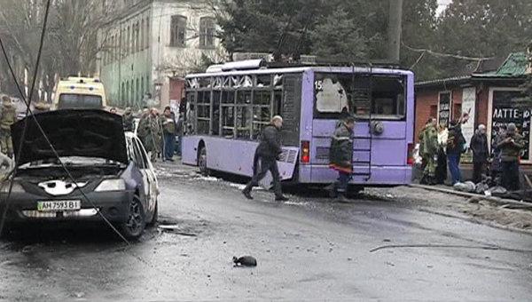Троллейбус, подвергшийся обстрелу на остановке в центре Донецка. 22 января 2015