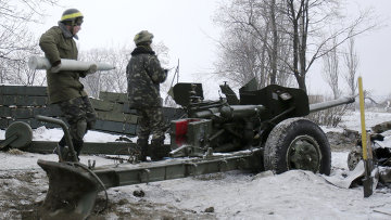 Украинский военный заряжает пушку в окрестностях Донецкого аэропорта. Архивное фото