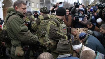 Украинские военнопленные на месте обстрела остановки в Донецке