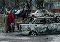 Сгоревшие автомобили на улице в Мариуполе