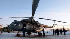 Техническое обслуживание вертолета Ми-8 после учебно-тренировочных полетов. Архивное фото
