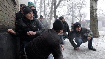 Люди укрываются во время обстрела Донецка. 30 января 2015