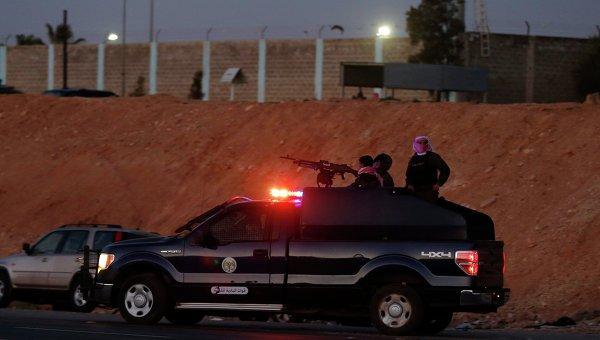Автомобиль спецслужб Иордании рядом с тюрьмой в Аммане после казни двух иракских заключенных, связанных с группировкой Исламское государство (ИГ). 4 февраля 2015