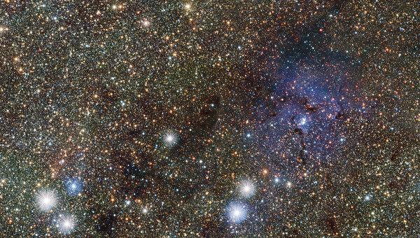 Тройная туманность в инфракрасном диапазоне (справа) и две звезды-цефеиды (слева и чуть ниже туманности)