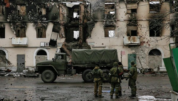 Ополченцы ДНР возле здания, разрушенного в результате обстрела Углегорска Донецкой области 4 февраля 2015