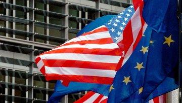 Флаги США и Евросоюза перед штаб-квартирой Европейской комиссии в Брюсселе. Архивное фото