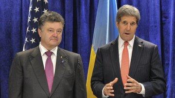 Госсекретарь США Джон Керри (справа) с П.Порошенко. Архивное фото.