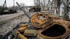 Сгоревший танк на улице Углегорска. Архивное фото.