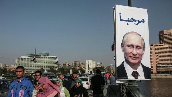 Плакат с президентом России Владимиром Путиным на улице Каира, Египет