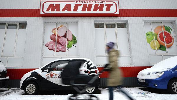 Прохожие у одного из супермаркетов сети Магнит на Подмосковном бульваре в Павшинской пойме. Архивное фото