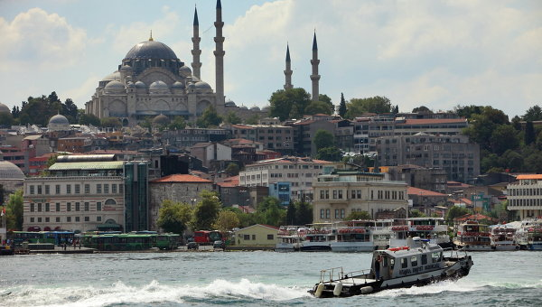 Вид на Голубую мечеть через пролив Босфор. Архивное фото