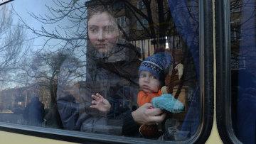 Беженцы в салоне автобуса, который отправляется из Донецка в Россию