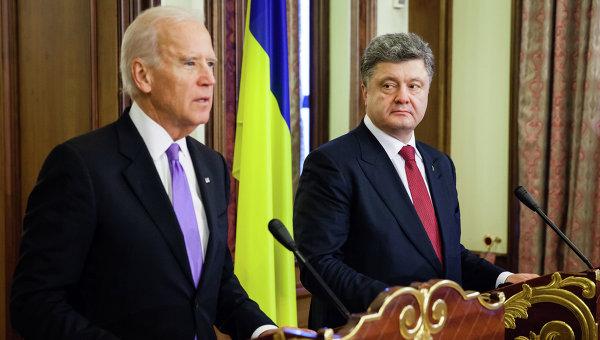 Вице-президент США Джо Байден (слева) и президент Украины Петр Порошенко. Архивное фото