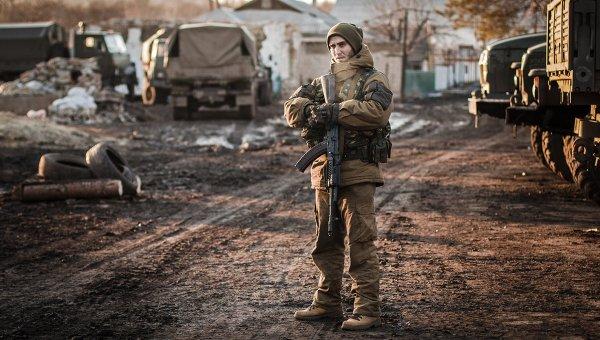 Ополченец Донецкой народной республики в окрестностях Дебальцево. Архивное фото