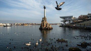 Вид на памятник Затопленным кораблям в Севастополе. Архивное фото