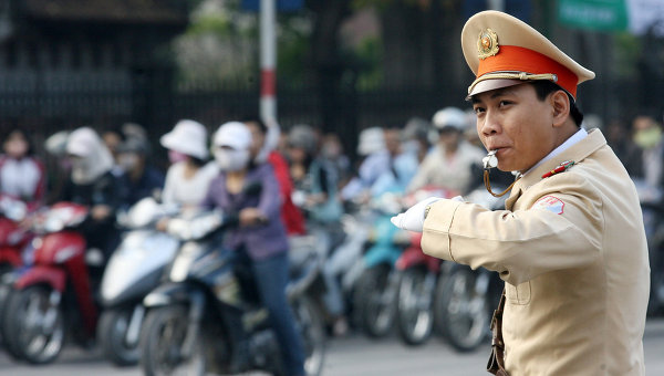 Дорожный полицейский в Ханое, Вьетнам. Архивное фото