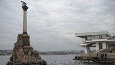 Вид на памятник Затонувшим кораблям и набережную в Севастополе. Крым. Архивное фото